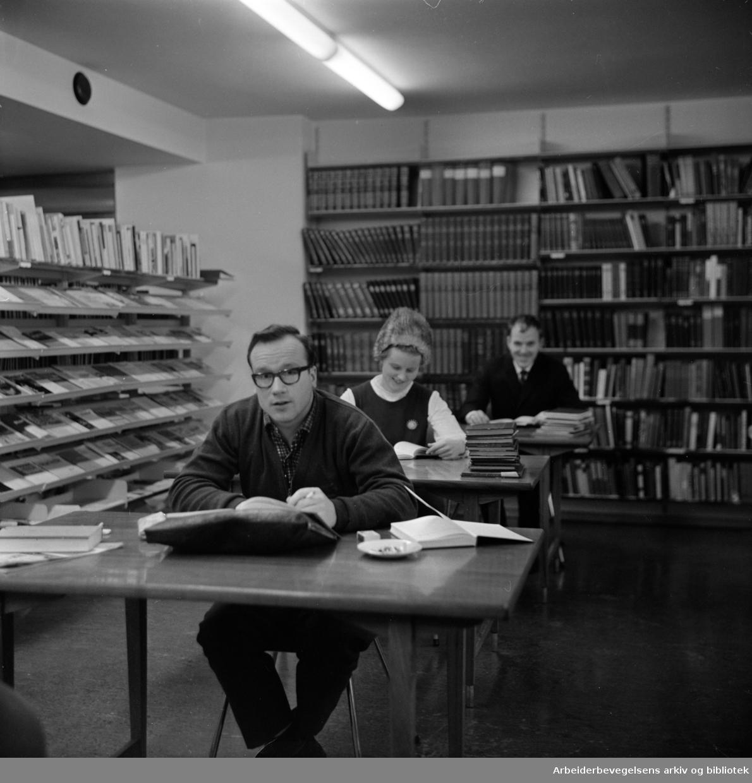 Arbeiderbevegelsens arkiv og bibliotek i de nye lokalene i Folkets Hus. Januar 1967
