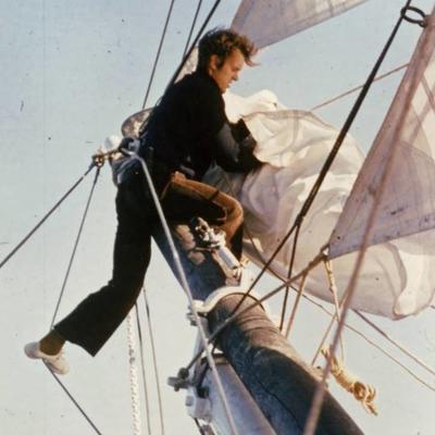 Mann ordner seilet på baugspryd på Seil skonnerten Svanen.
