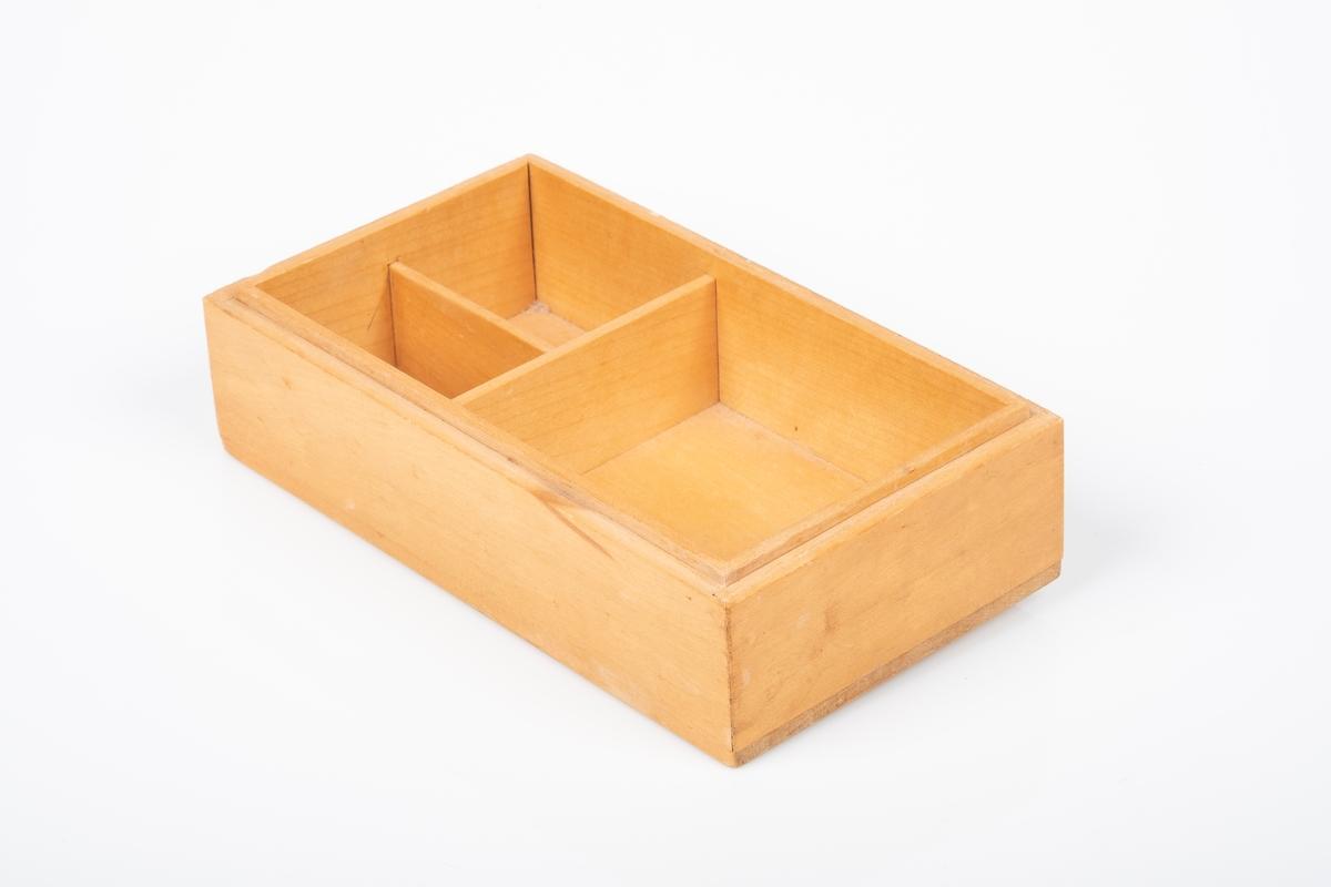 Skrin er laget av tre, og er lakkert. Skrinet har tre oppbevaringsrom. Det er spor etter V-formede ben på undersiden av skrinet.