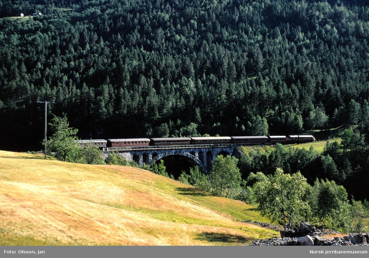 Dagtoget fra Oslo Ø til Åndalsnes på Kylling bru Toget trekkes av diesellokomotiv type Di 3.