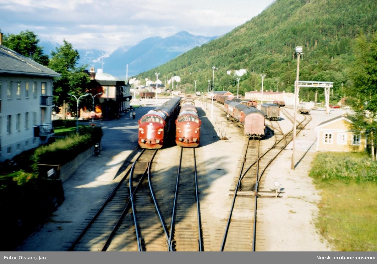 Åndalsnes stasjon med dagtoget til Oslo Ø i spor 1 og godstog til Oslo i spor 2. Togene trekkes av diesellokomotiv type Di 3.