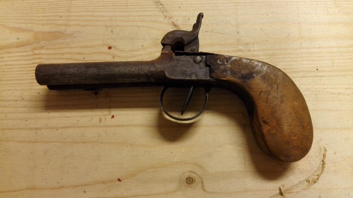 1 dobbeltløpet pistol.  Liten dobbeltløpet mundladningspistol med riflet løp, hvis længde er 9,5 cm.  Har utydelige stempler paa løpets side, der viser at pistolen er fabrikarbeide.  Gave fra Anders Stampen, Lærdal.