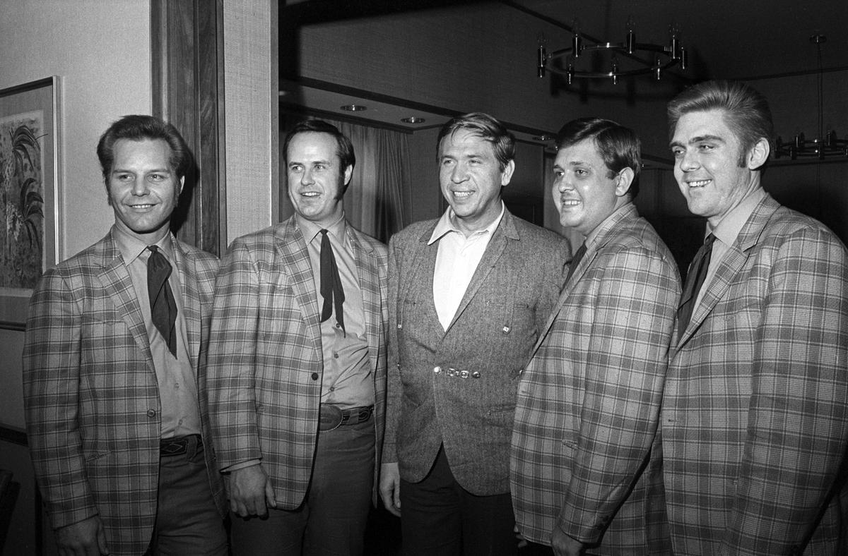 Buck Owens og hans band The Buckaroos gjester Oslo. Pressekonferanse på Hotel Continental. Buck i midten.