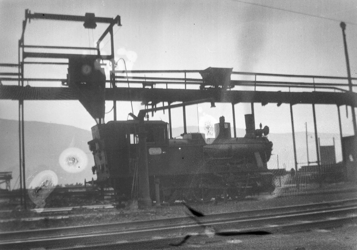 Damplokomotiv type 25b nr. 340 ved kullingsanlegget på Bergen stasjon