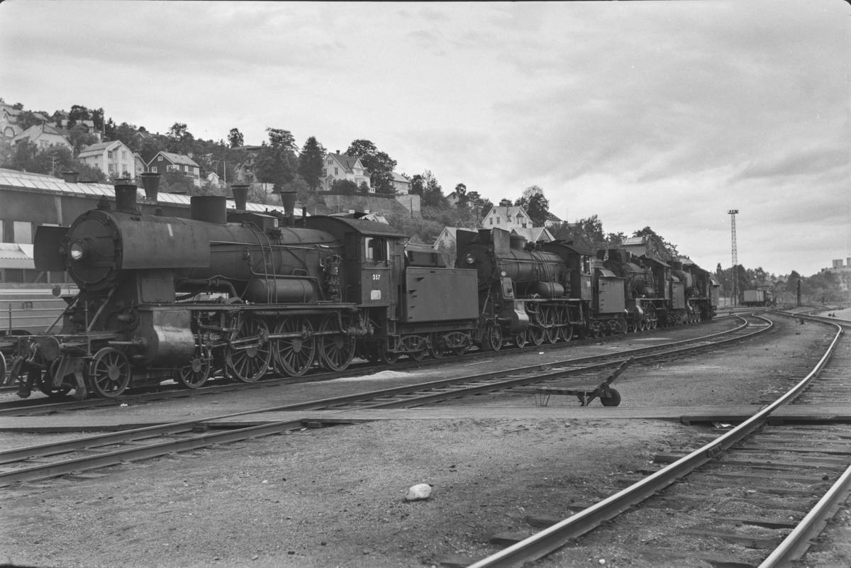 Damplokomotiver type 30b ved lokomotivstallen på Marienborg, nærmest nr. 357, deretter nr. 350.