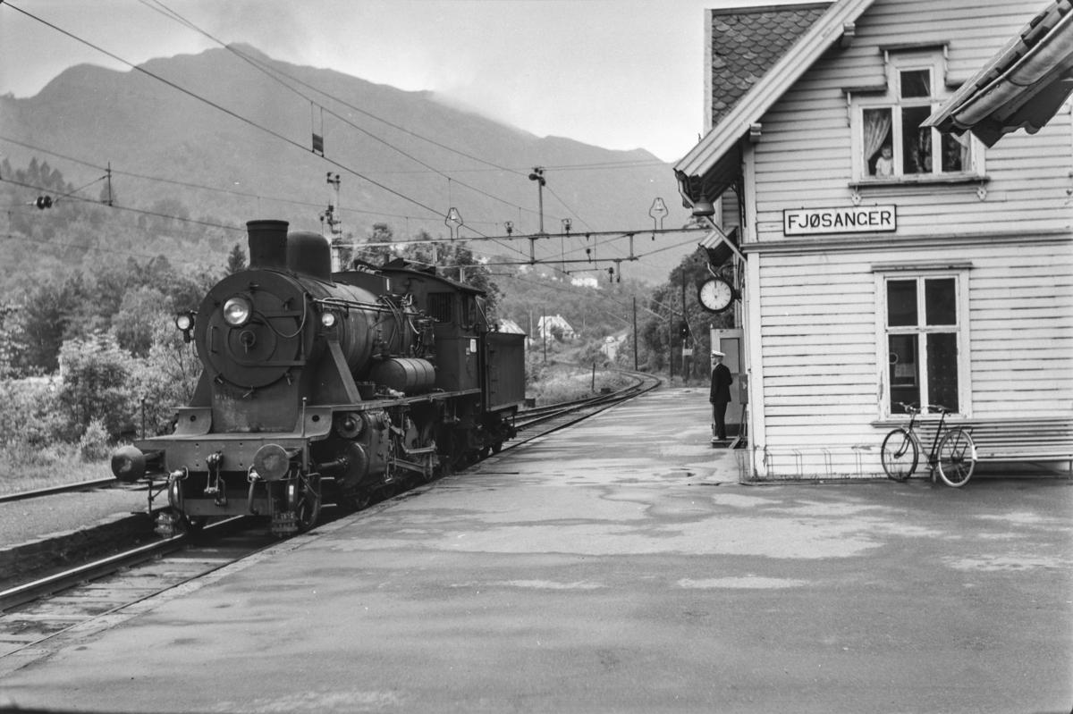 Damplokomotiv type 24b nr. 222 avventer kryssing på Fjøsanger stasjon.