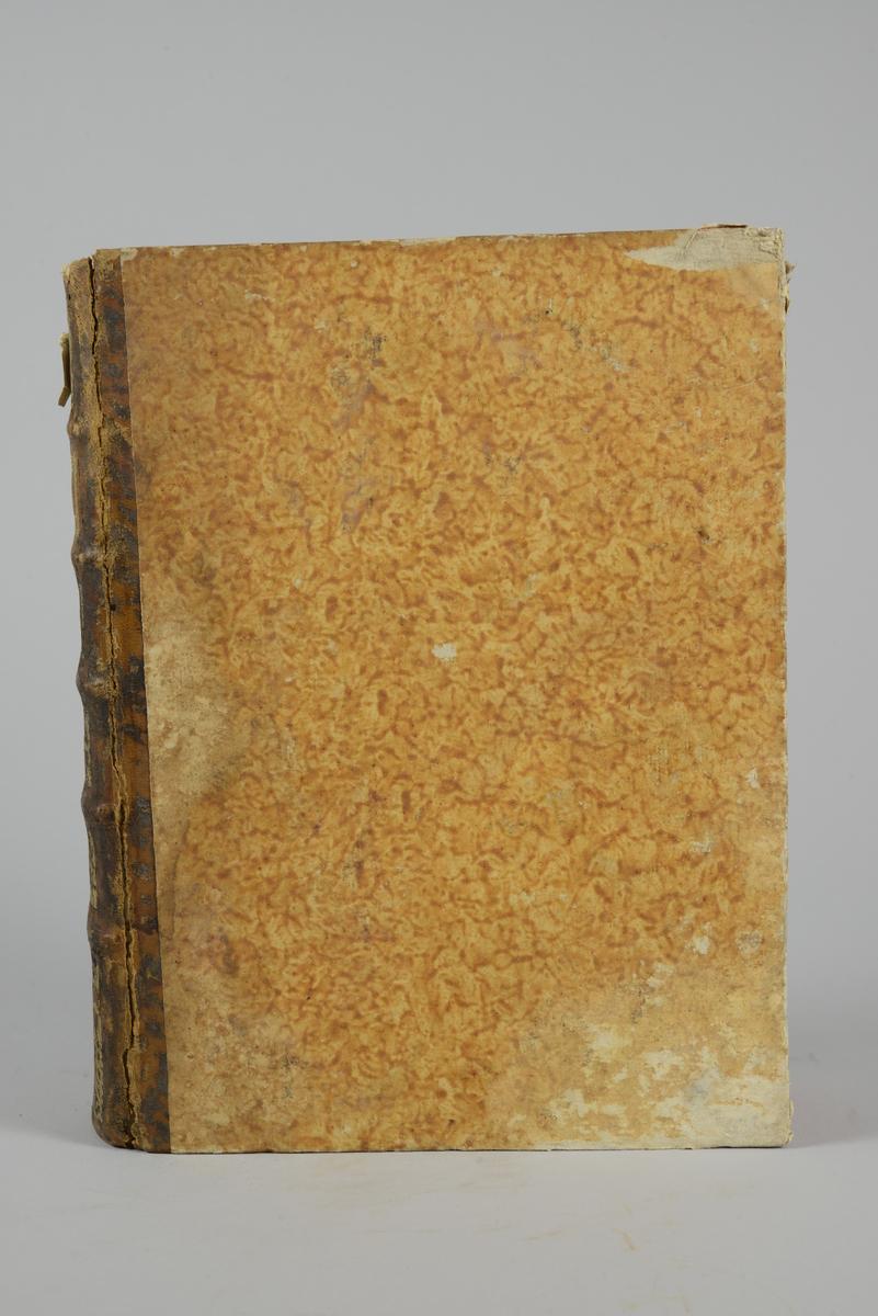 """Bok, """"Encyclopedie ou dictionnaire raisonne des sciences, des arts et des metiers"""" av Diderot och d`Alembert, utgiven 1779. Ny upplaga, vol. 26. Halvfranskt band med pärmar av papp med påklistrat marmorerat papper, rygg av skinn med fem upphöjda bind med guldpräglad dekor, blindpressad och guldornerad rygg, titelfält med blindpressad titel och ett mörkare fält med volymens nummer. Påklistrad pappersetikett med nummerbeteckning med bläck. Rött snitt. Bokmärke av grönt siden."""