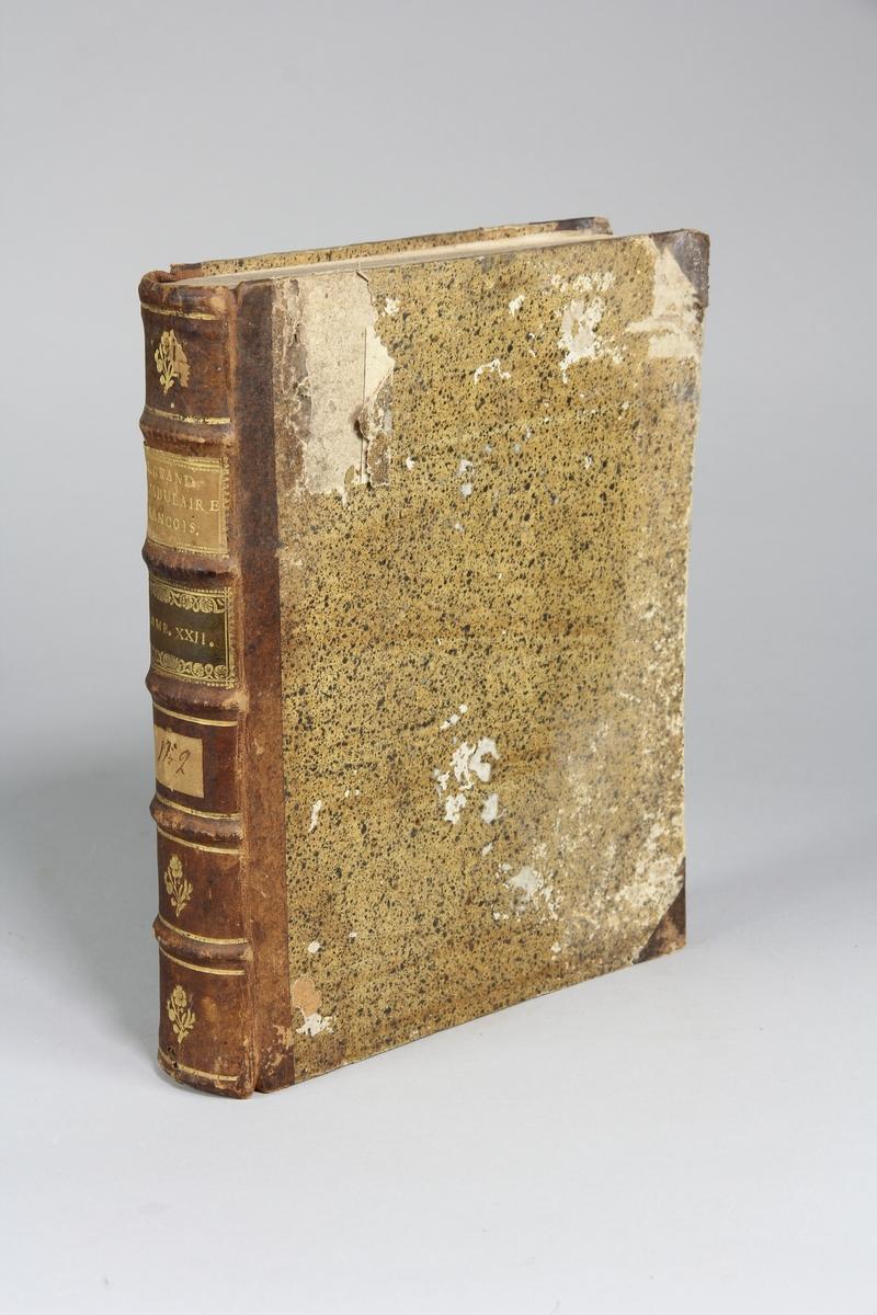 """Bok, halvfranskt band """"Le grand vocabulaire francois ... par une société de gens de lettres"""", del 13, utgiven i Paris 1772. Band med pärmar av papp med påklistrat stänkt papper, hörn och rygg av skinn med fem upphöjda bind med guldpräglad dekor, titelfält med blindpressad titel och ett mörkare fält med volymens nummer. Med stänkt snitt. Påklistrad etikett märkt med bläck """"No 2."""" samt rest avetikett med volymens innehåll."""