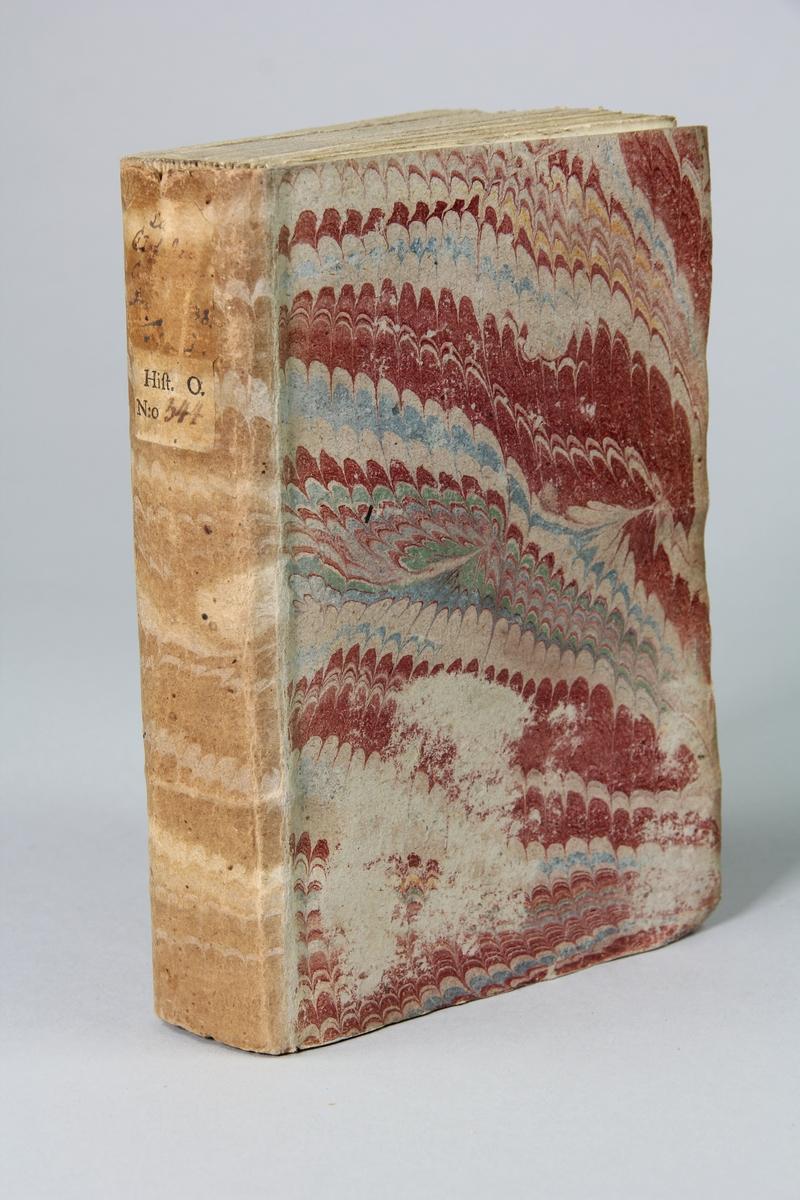 """Bok, pappband """"La clef du cabinet des princes de  l´Europe"""", del 68, tryckt i Luxemburg 1736. Marmorerat band med blekt rygg, påklistrade pappersetiketter med titel (oläslig) och volymens nummer. Med skurna snitt."""