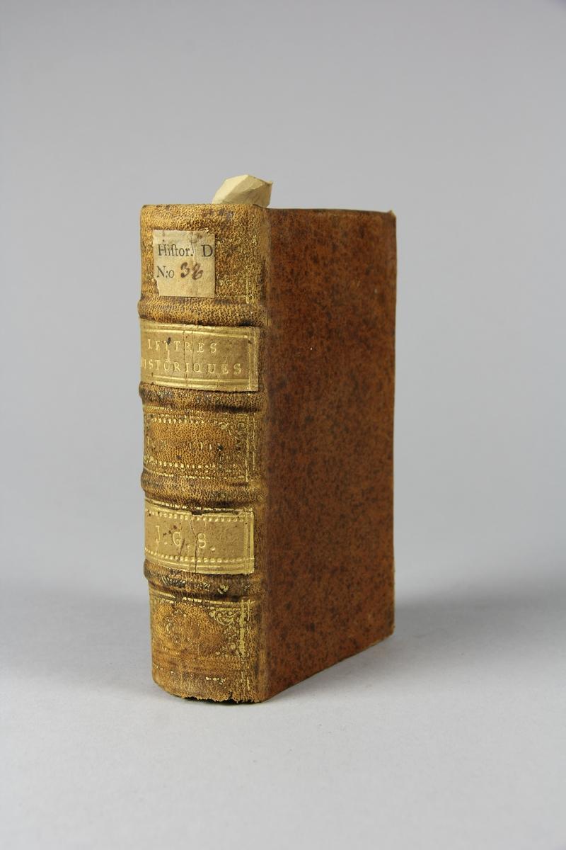 """Bok, helfranskt band, """"Lettre historique et politique"""" del 93, tryckt 1732 i Amsterdam. Skinnband med blindpressad och guldornerad rygg i fyra upphöjda bind, fält med titel och ägarinitialer, pappersetikett med samlingsnummer. Rödstänkt snitt."""