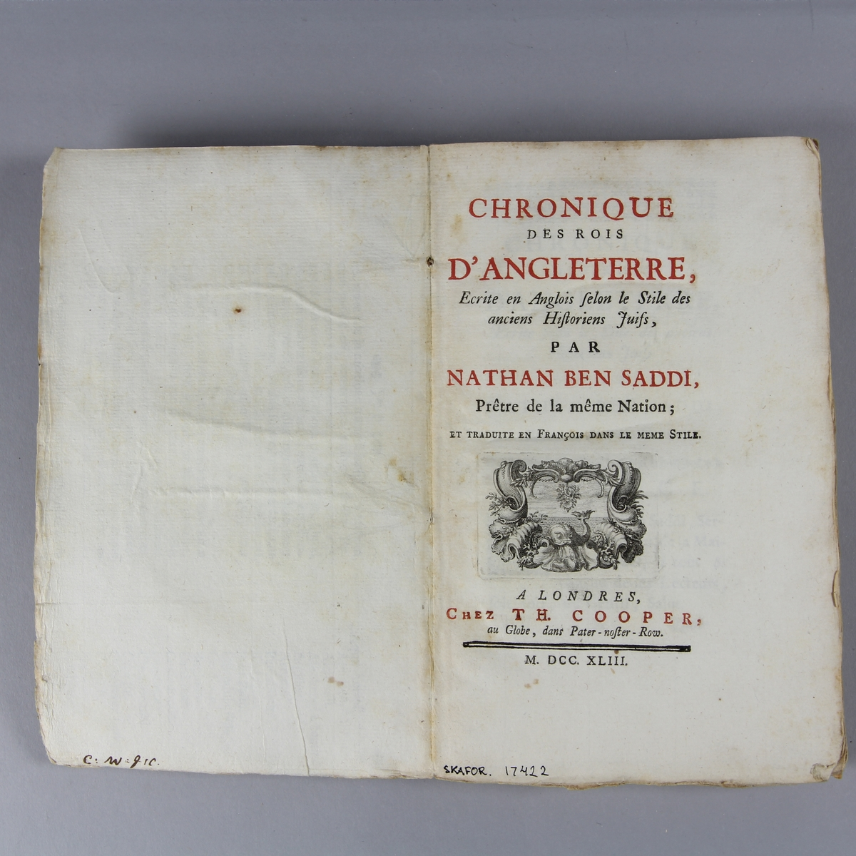 """Bok, häftad, """"Cronique des rois d´Angleterre"""". Pärm av marmorerat papper, oskuret snitt."""