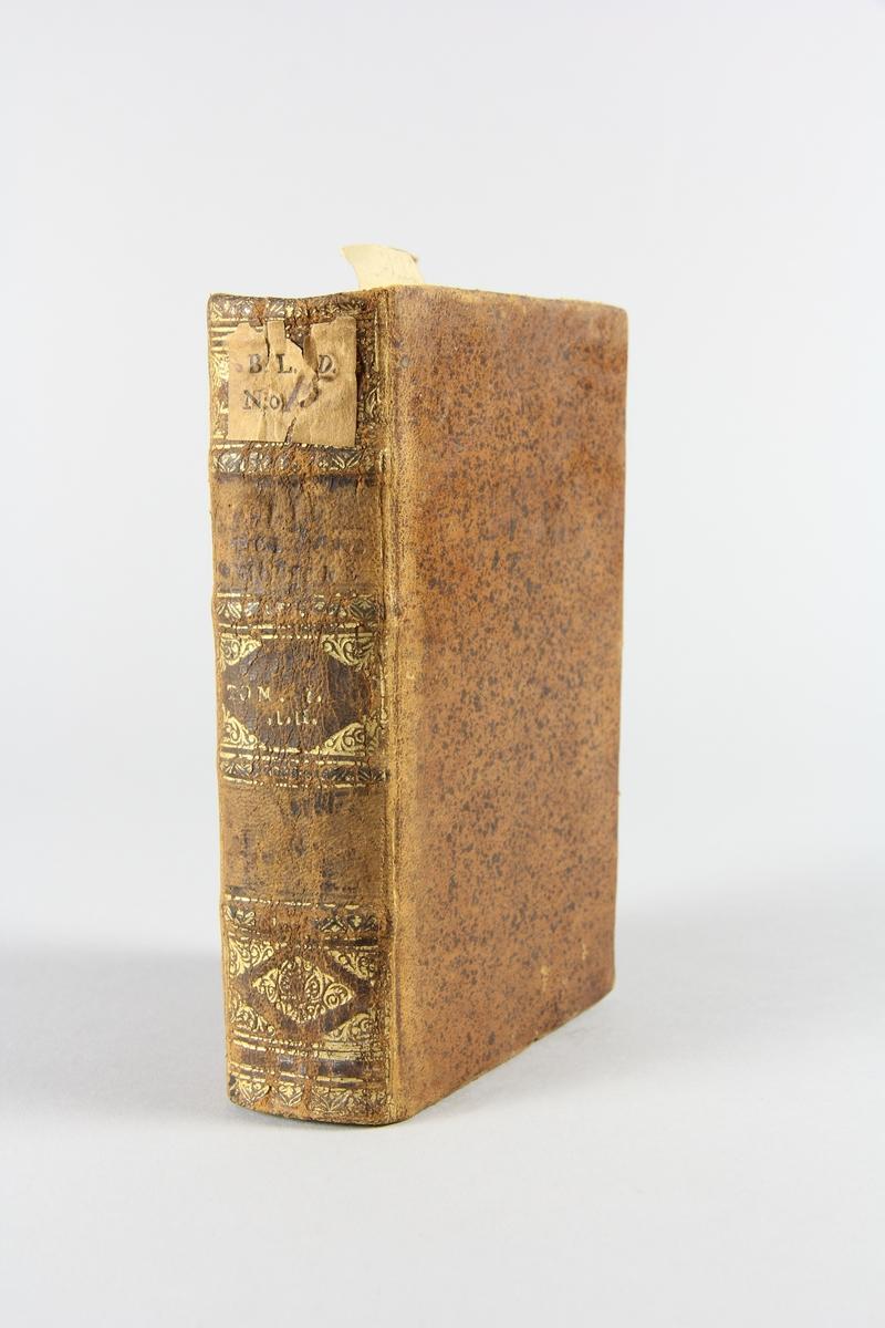 """Bok, helfranskt band """"Biblioteque ancienne et moderne"""" del 1, tryckt i Amsterdam 1714. Skinnband med blindpressad och guldornerad rygg i fyra upphöjda bind, nött fält med volymens nummer samt påklistrad pappersetikett med samlingsnummer. Rödstänkt snitt."""