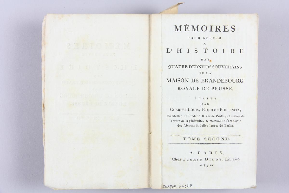 """Bok, häftad """"Mémoires pour servir a l´histoire"""", del 2, tryckt 1791 i Paris. Pärmen av rödmarmorerat papper med tryckt text. På ryggen  etikett med titel och samlingsnummer. Skuret snitt."""