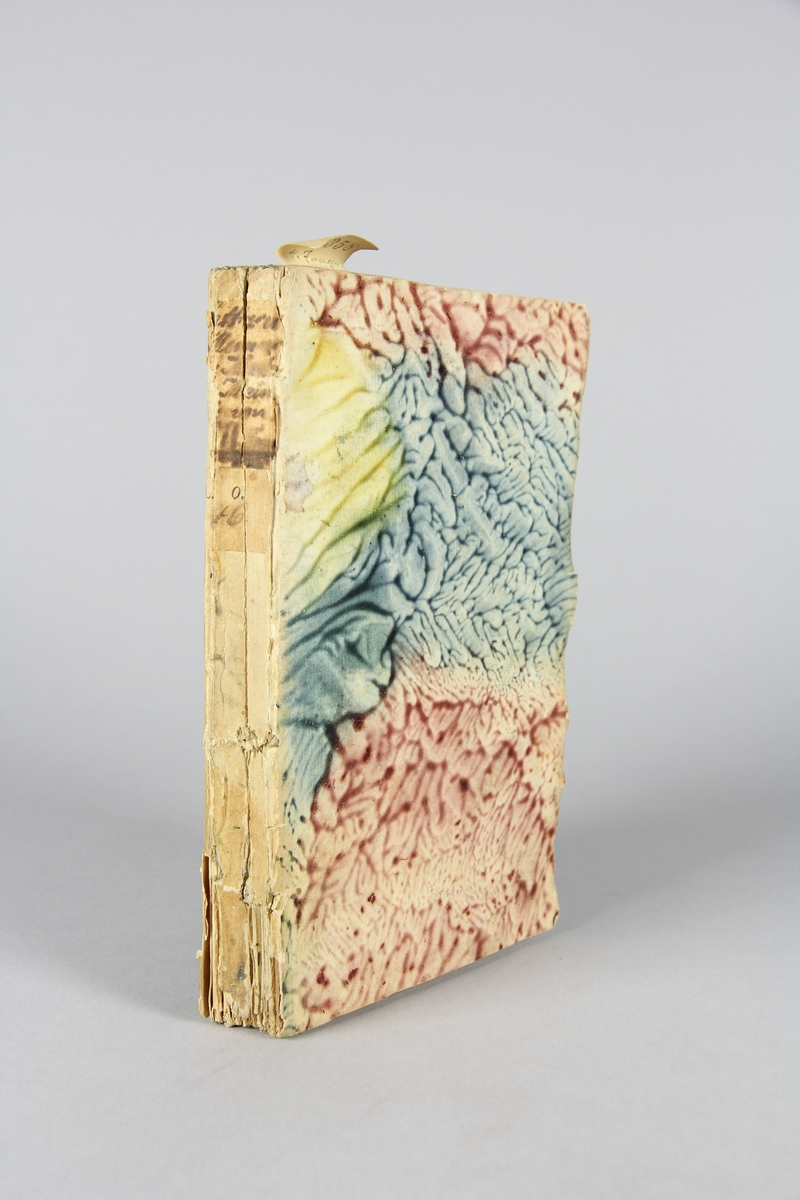 """Bok, häftad,""""Lettres et mémoires de madame de Maintenon"""", del 1.  Pärmar av marmorerat papper, oskuret snitt. Etikett med titell och samlingsnummer på ryggen."""