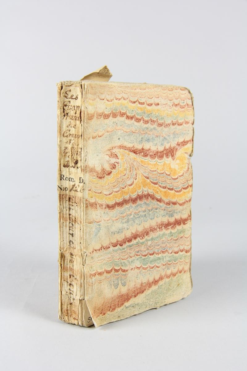 """Bok, häftad, """"Les égaremens du coeur et d l'esprit, ou mémoires de Mr de Meilcour"""", tryckt i Haag 1736. Pärm av marmorerat papper, oskurna snitt. På ryggen etiketter med  titel och samlingsnummer."""