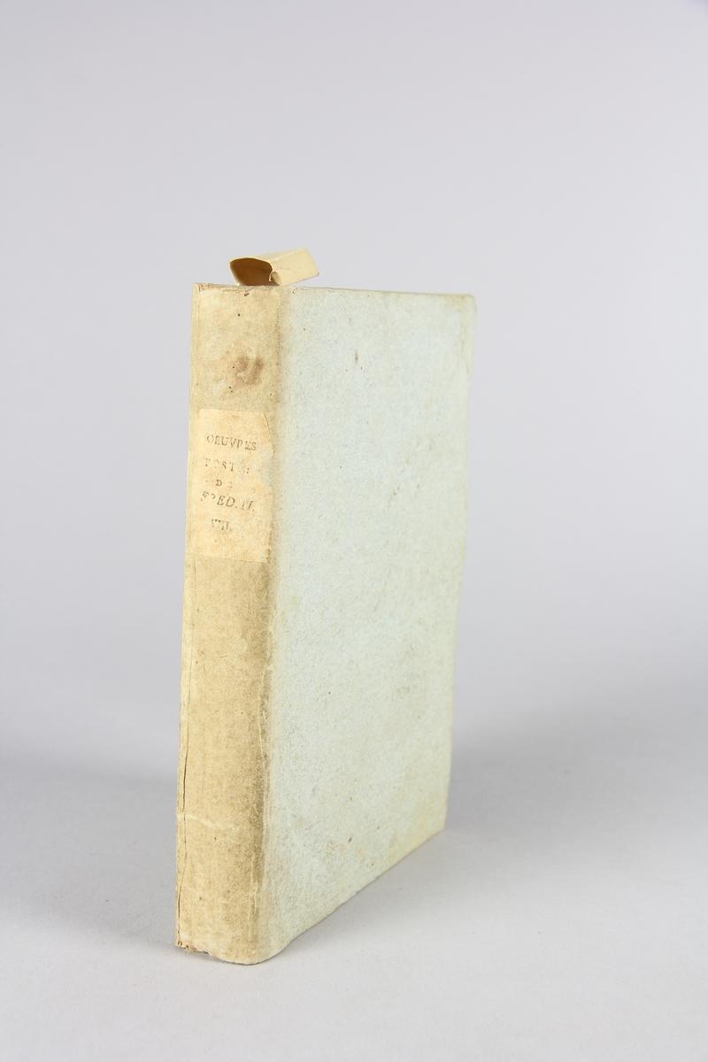 """Bok, häftad, """"Oeuvres posthumes de Frederic II, roi de Prusse"""", del 8. Pärmar av grågrön papp, skuret snitt. Samlingsnummer samt etikett med titel."""