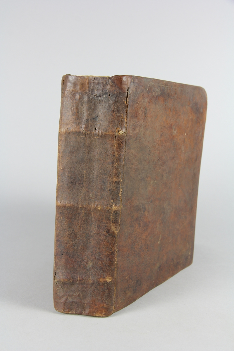 """Bok, """"Kongl. Stadgar, Förordningar, Brev och Resolutioner angående Svea Rikes Landt-Milice"""" del 1, 1680-1685. Skinnband med rygg i tre upphöjda bind, blågrönt snitt."""