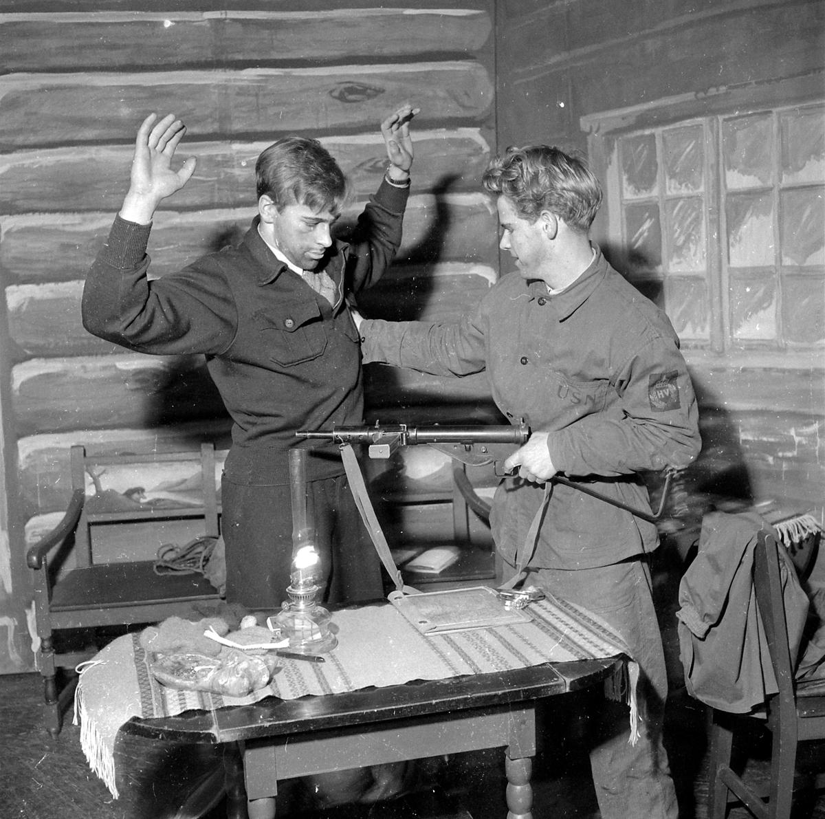 """Scener fra skuespillet """"Helten og brotsmannen"""" av Knut Hauge, oppført av Rødrussen i Trondheim"""