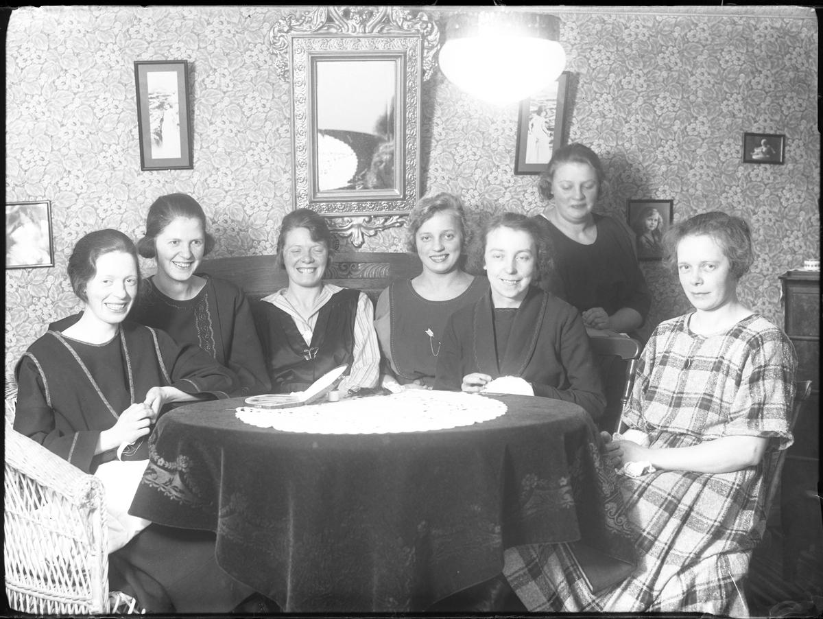 """Sju kvinnor fotograferade vid symöte """"hos Petterssons""""."""