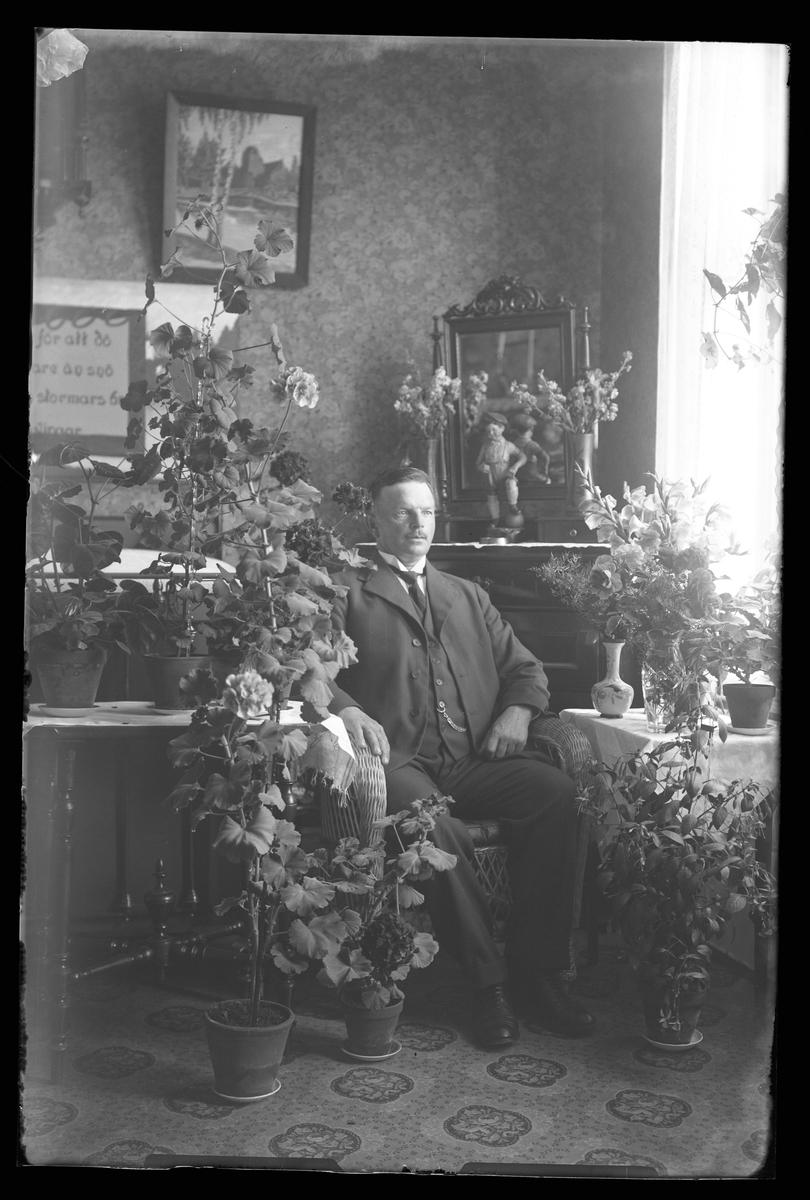 Karl Hallgren fotograferad med blommor i samband med sin 50årsdag.