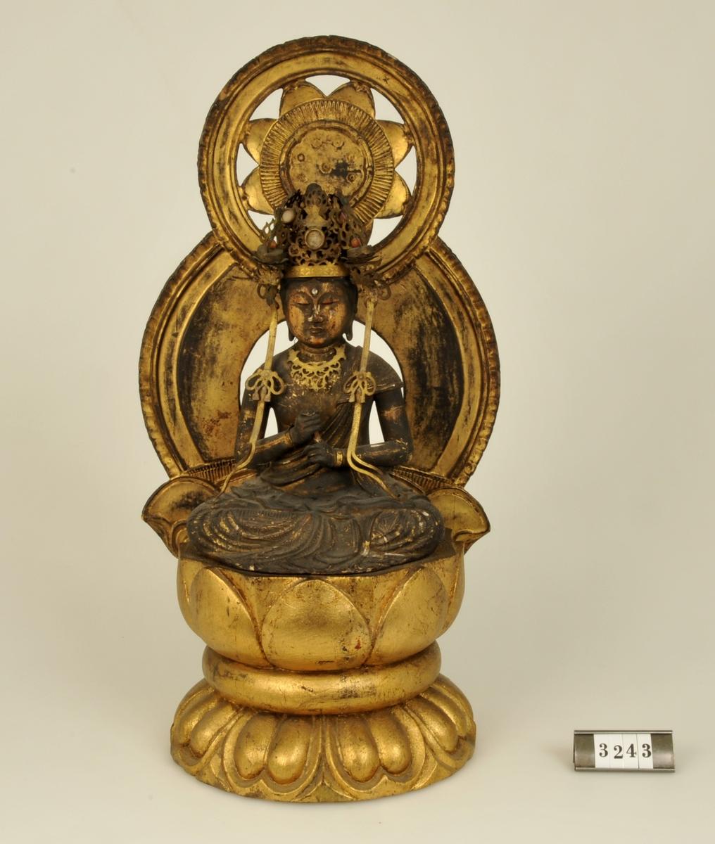 Gudinna i sittande ställning mot bakgrund av solemblem.       Adelsköldska samlingarna.