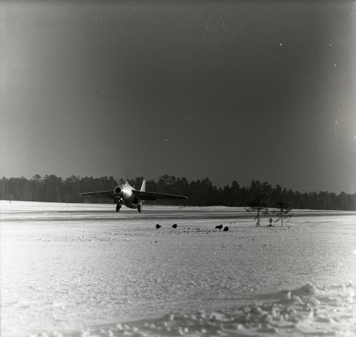 Ett startande flygplan i Söderhamn med orrar på flygfältet den 17 & 18 januari 1957.