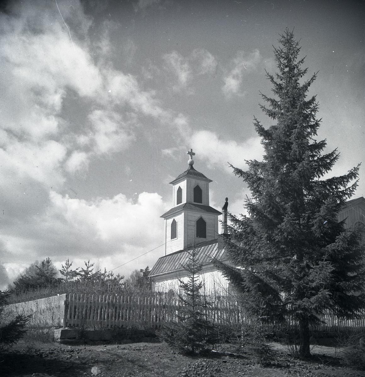 Hällbo kyrka innan för ett staket.