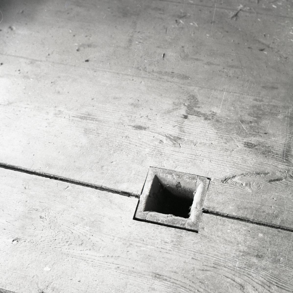 Ett fyrkantigt hål i ett golv, 1967.