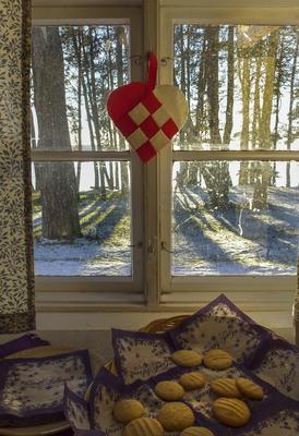 Jul i Kokebokhuset betyr at vi pynter med julekurver i vinduene og baker julekaker som vi selger til publikum.