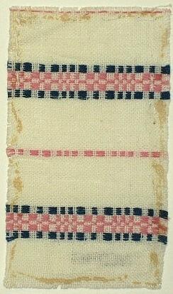 Vävprov, gardin i bomull vävd i munkabälte på längden. Vit tuskaftsbotten med munkabältesbårder i rosa och mörkblått.Varp i vitt, rosa och blått bomullsgarn.Inslag i vitt bomullsgarn.Vävsedel daterad 1951 finns, se inv. nr. WSDH 50:20.