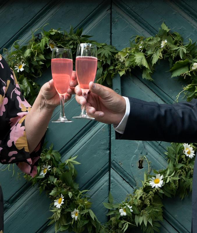 Tidenes bryllup på Norsk Folkemuseum med rosa drikke og hjerte på dør