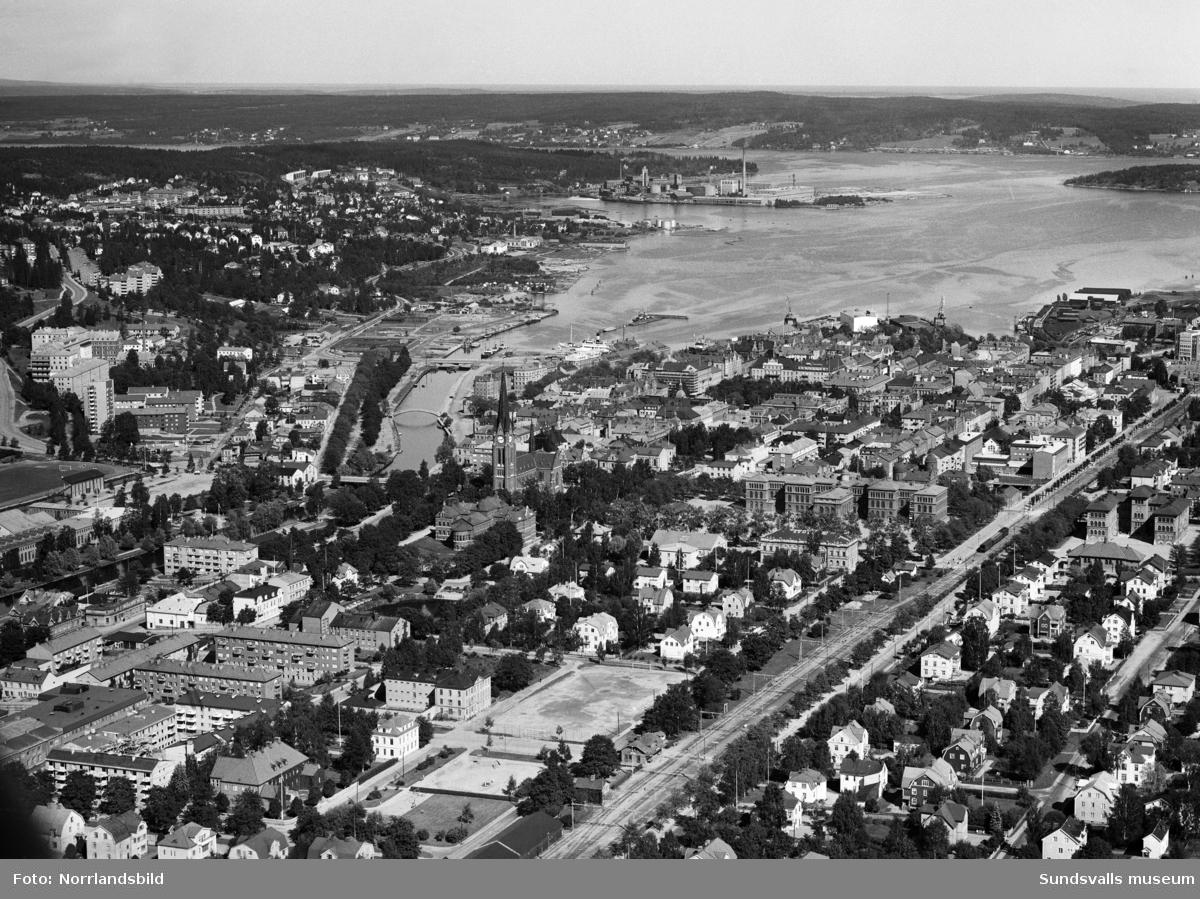Flygbild över Sundsvall och hamninloppet. I nedre delen av bilden syns Kronohäktet och Västra station. Bild 1 retucherad och beskuren.