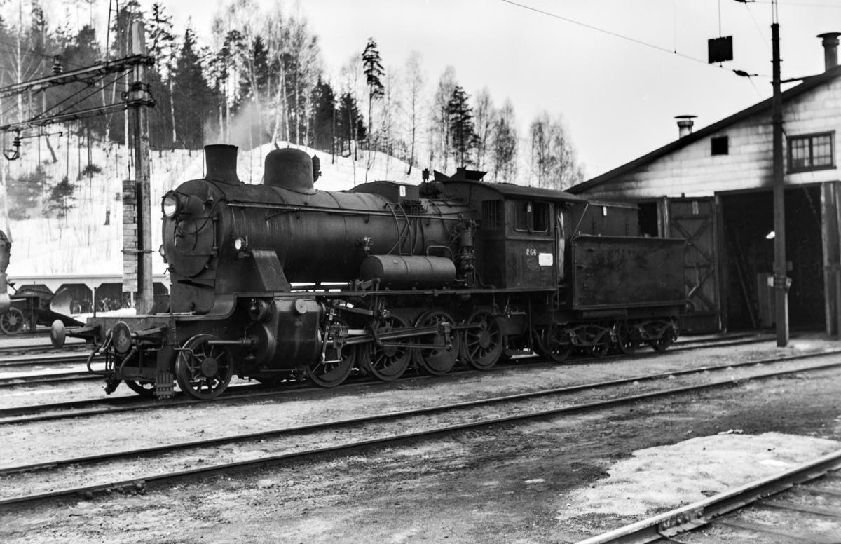 Damplokomotiv type 24b nr. 266 ved lokomotivstallen på Hønefoss.