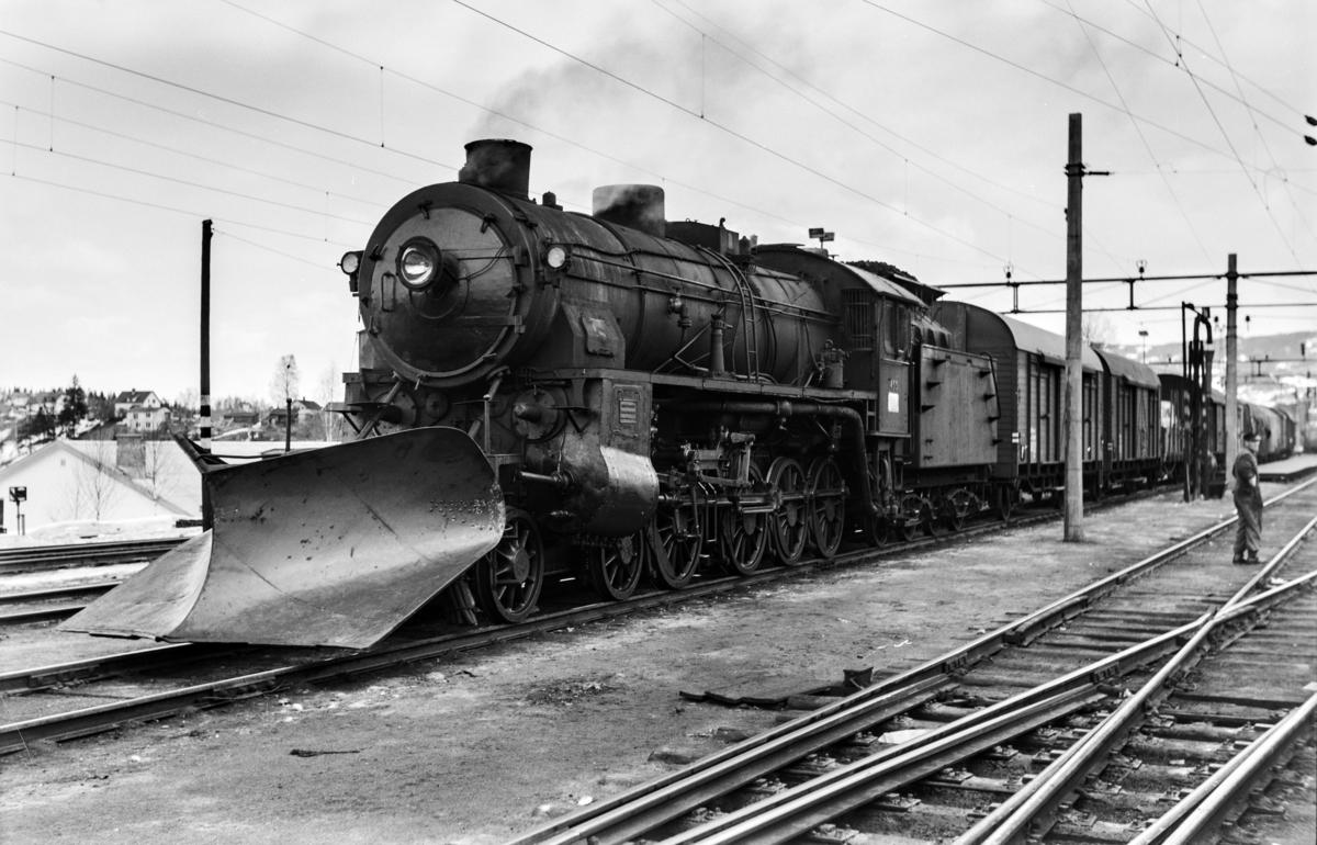 Godstog til Bergen, tog 5505B, på Hønefoss stasjon. Toget trekkes av damplokomotiv type 31b nr. 453
