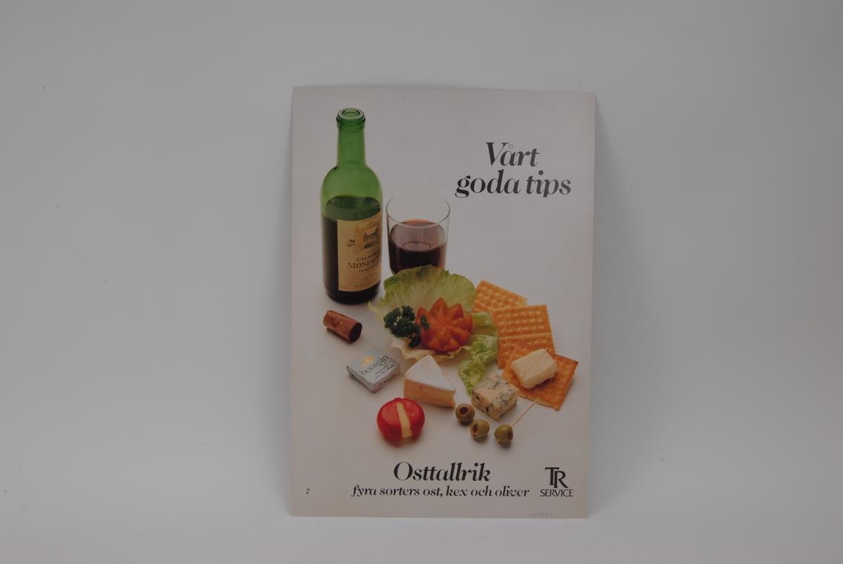 En affisch med menyförslag tryckt på vardera sida. Menyförslagen är arrangerade för att visa vad som ingår i menyn.   På den ena sidan av affischen syns en öppnad flaska med gul dryck och ett halvfullt glas på fot. Bredvid glaset står en brun serveringsskål samt sked med sås i. Framför skålen ligger ett salladsblad med lax, potatis, dill, en citronskiva och två tomatskivor på sig.  På den andra sidan av affischen syns en öppnad flaska rött vin och ett halvfullt glas, med flaskans kork bredvid sig. På ett salladsblad ligger en tomat och en persiljekvist placerade. Tre kex, fem olika ostar och tre oliver är placerade runt salladsbladet.