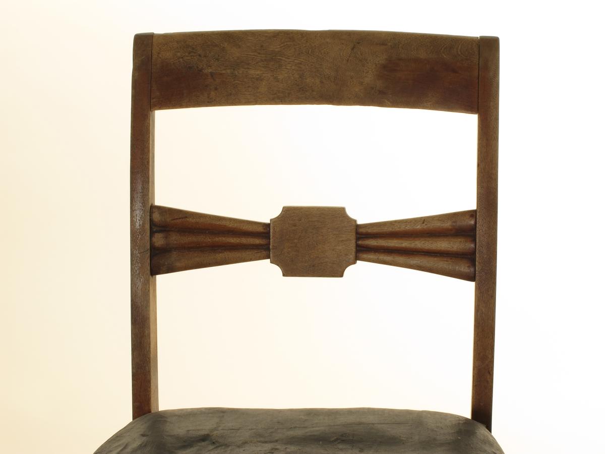 Furusete med vokstrekk som er stoppet med sjøgress. 4 rette ben, og rett glatt ryggbrett. Midtbrett : firkantet midtstykke, buet inn i hjørnene, ut fra detteen treleddet vifte.