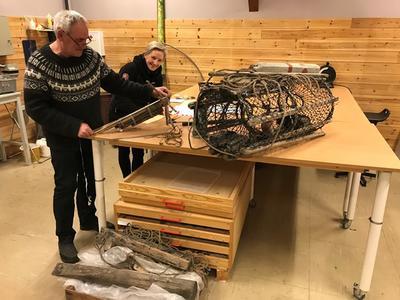 Vidar og Kathrine jobber med registrering av gjenstandene.. Foto/Photo