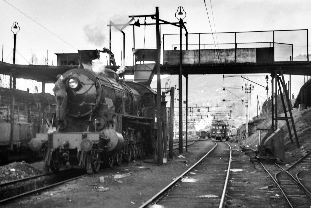 Damplokomotiv type 31b nr. 400 ved kullingsanlegget på Voss stasjon.