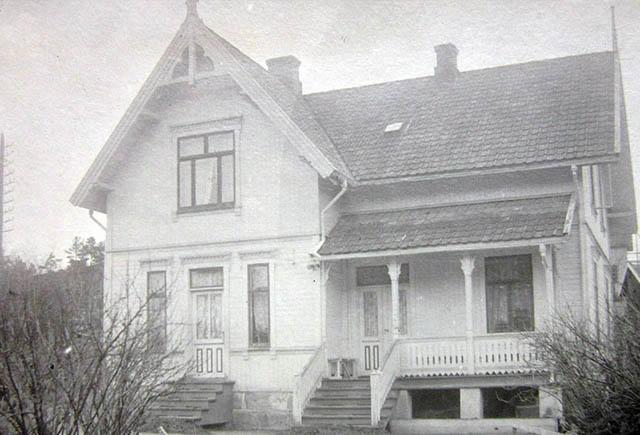 Wanggården slik den så ut rundt 1910 og slik den ser ut i dag.