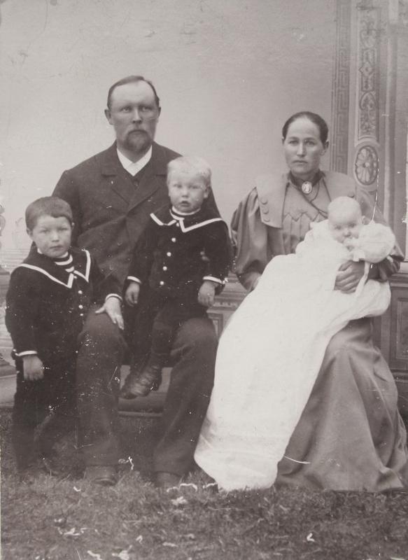 Karoline og Anders med barna Einar, Ragnvald og Anders, under sistnevntes dåp i 1896.