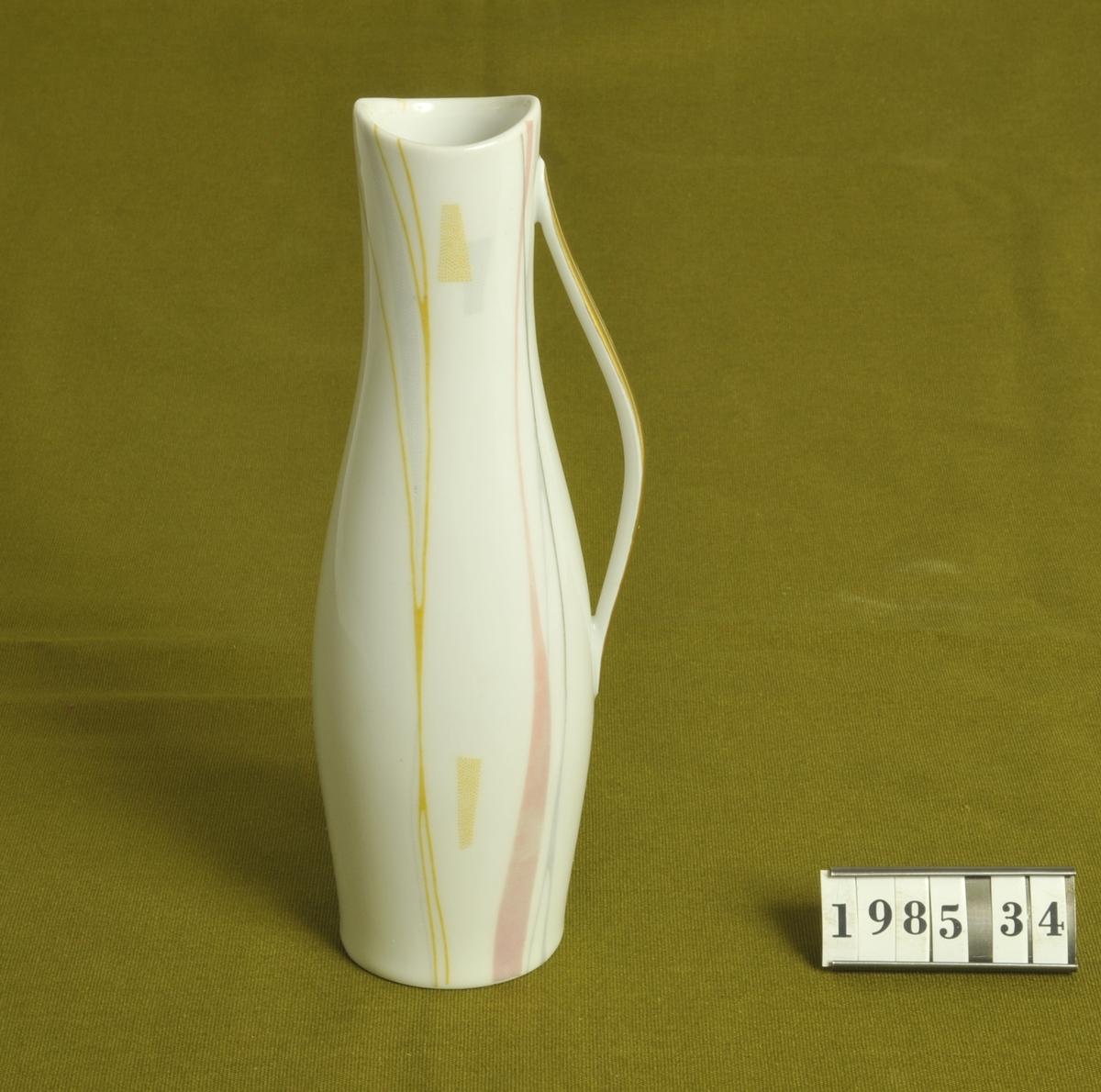 """Vitglaserat porslin med enkel dekor i gult, grått och rosa. Handtag med guldfärg på utsidan.  Tysktillverkad: """"Eschenbach Bavaria Germany W 3157 107"""". 1950-talsmodell."""