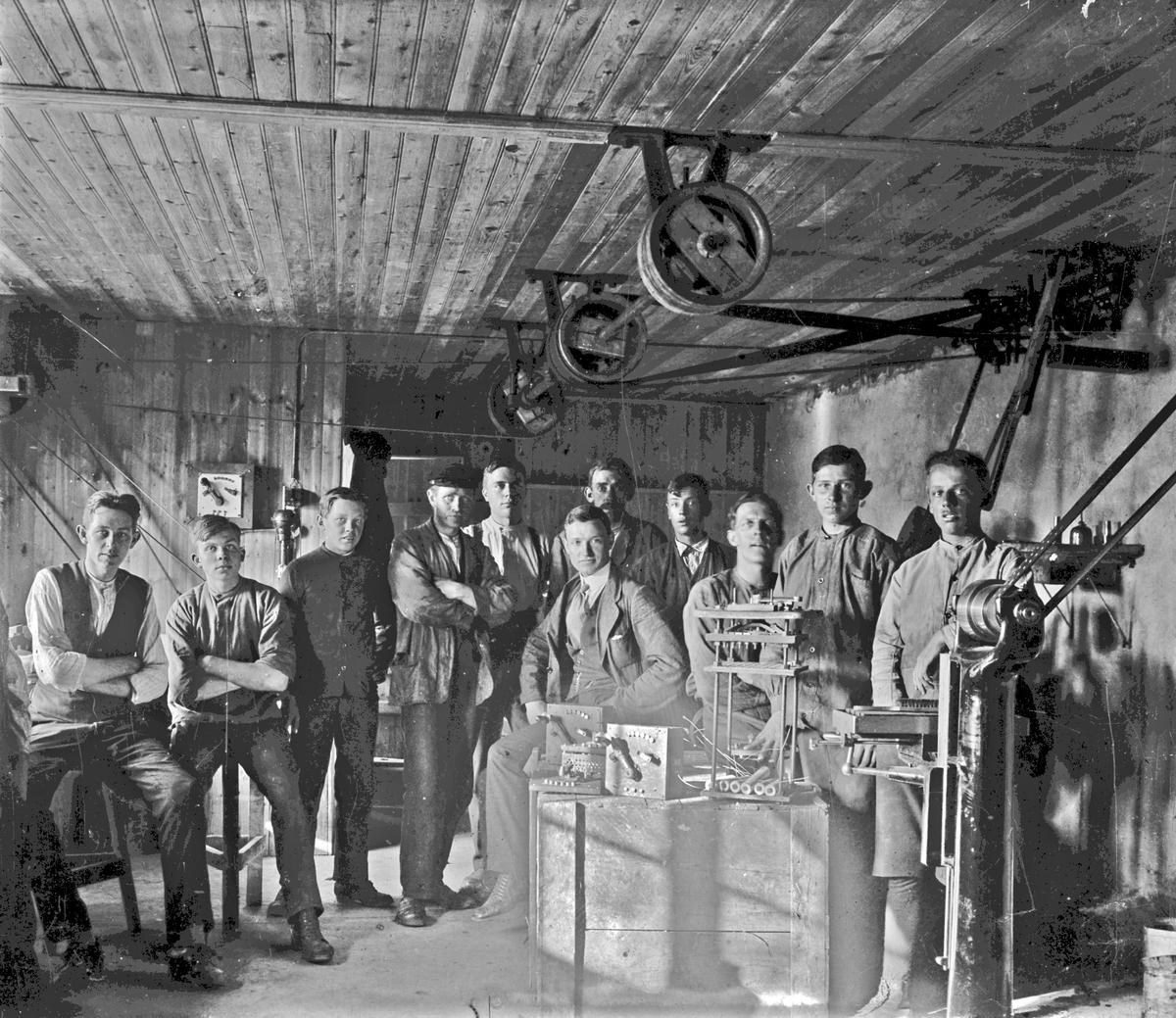 AB Elektro-Apparat, grundat 1916. Interiör med de anställda i företagets första lokal i det s k Hampens hus, troligen på Skepparegatan.  OBS: Negativet spegelvänt vid skanning.