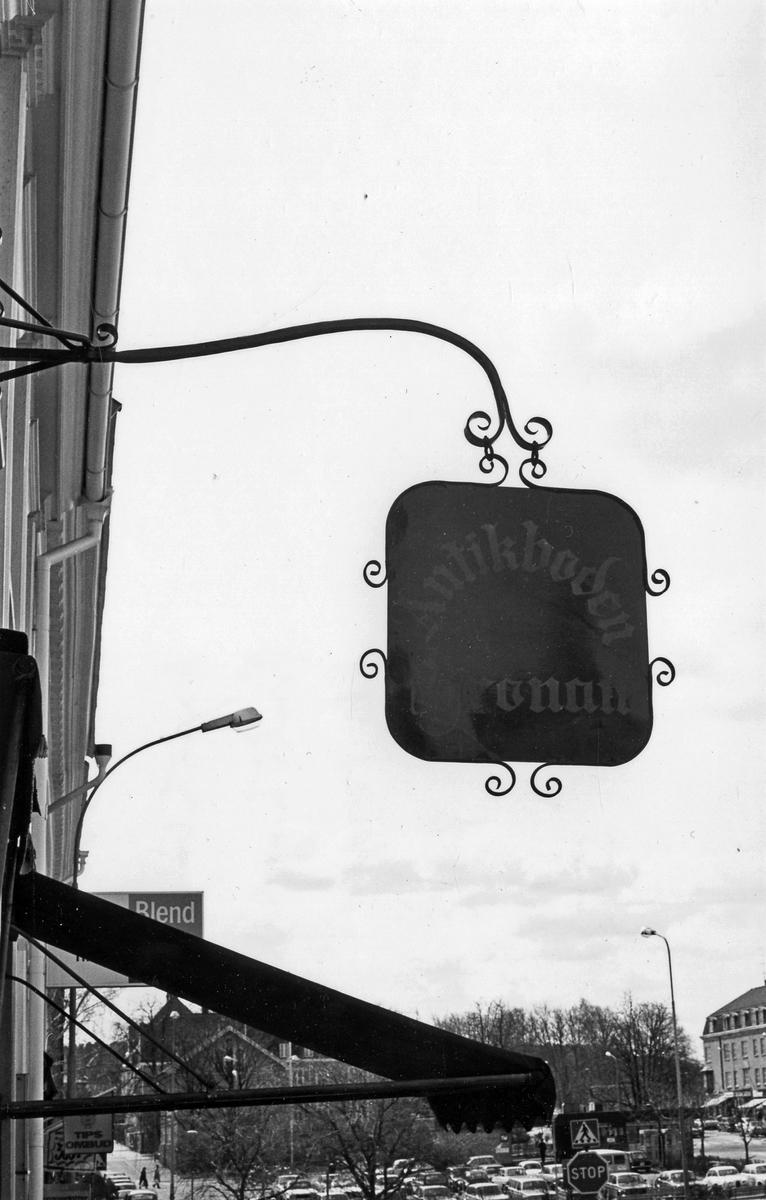 Butiksskylt på Antikboden Kronan i kvarteret Kronan 14 vid Stora Torget.