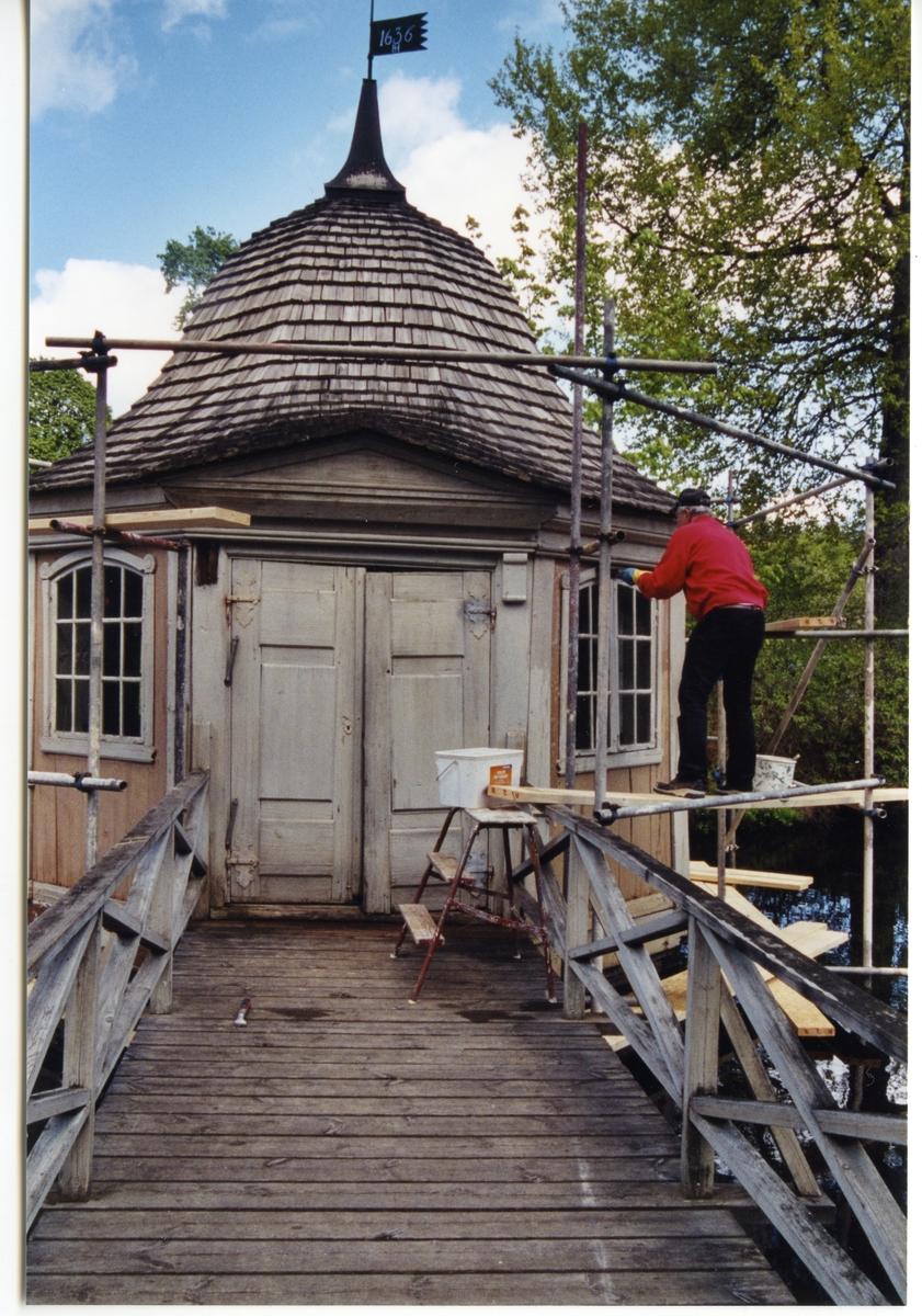 Gunnilbo sn, Bockhammar.  Ebba Brahes lusthus. Restaurering 2004. Man stående på byggnadsställning vid lusthuset.