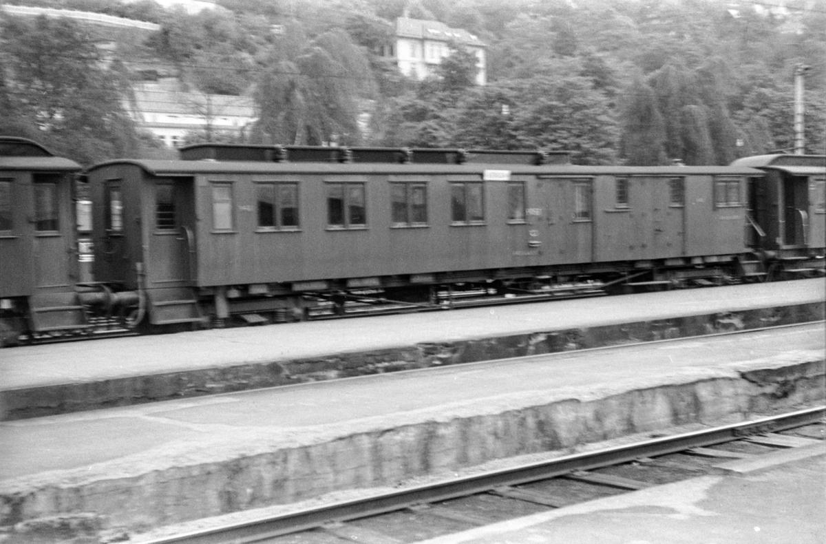 Personvogn litra BDFo2-7 type 1 nr. 963 på Bergen stasjon.