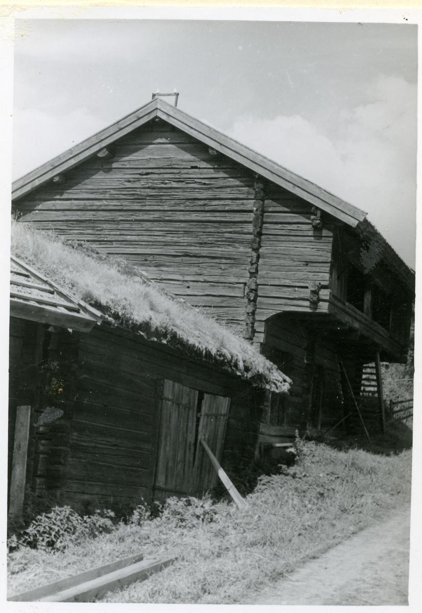 Gunnilbo sn, Gunnilbo by.  Uthus och loftbod vid vägen.