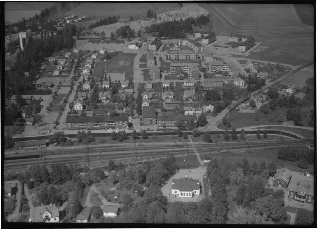 Flygfoto över Kolbäcks järnvägsstation, Kolbäck. Tagen 1965 av AB Flygtrafik Dals Långed.