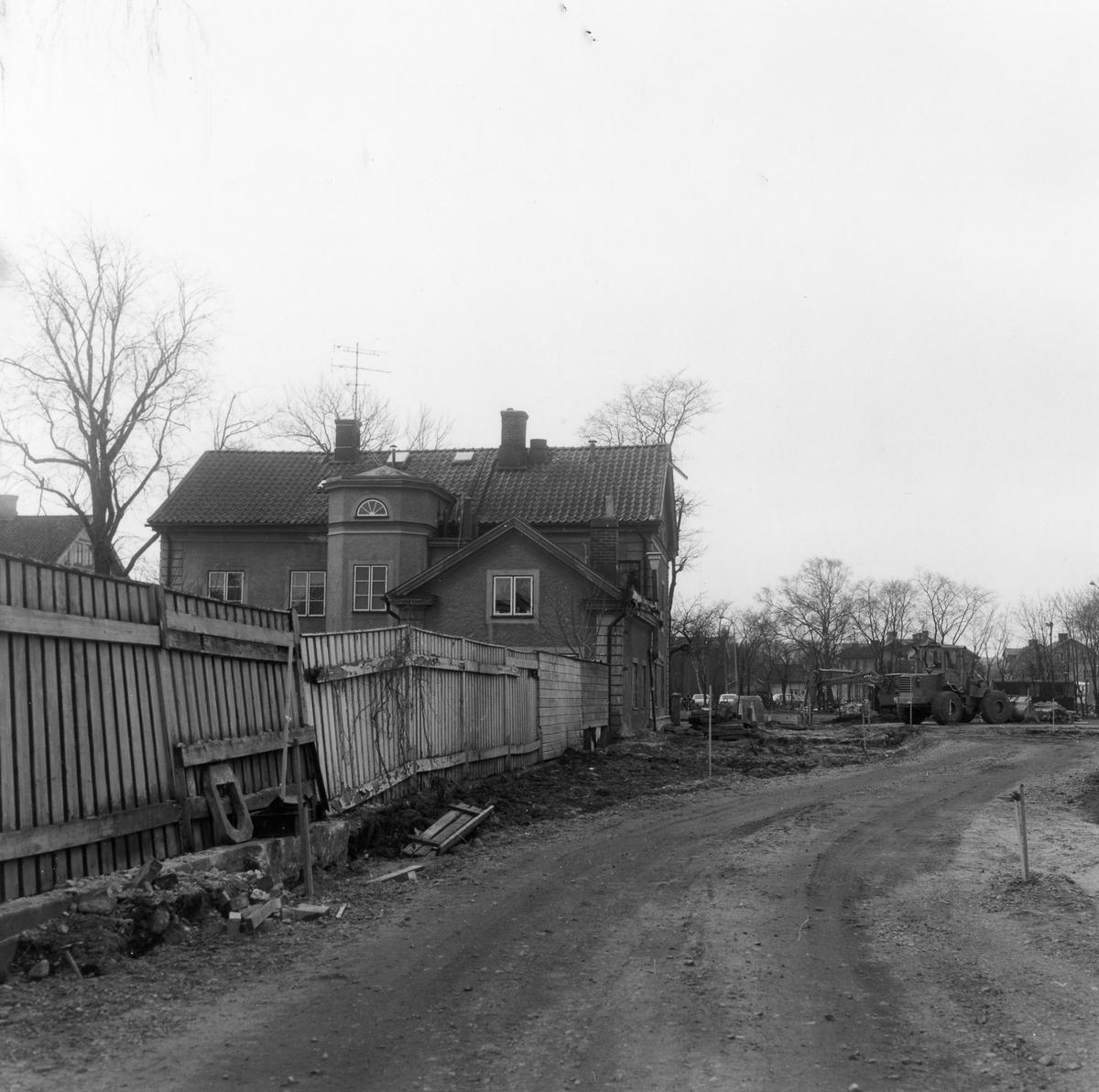 En ny gata anläggs i kvarteren från Norra Ringgatan till tomt nr 17 i kvarteret. Foto från sydväst med Hotell Gripen till vänster.  Kvarteret Fruktkorgen. Norra Ringgatan.
