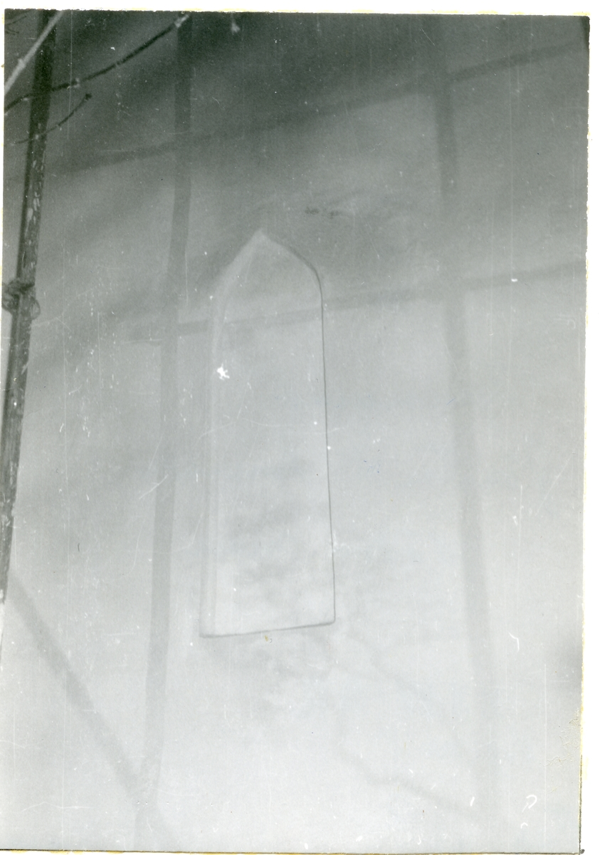 Götlunda sn, Götlunda kyrka.  Igenmurat fönster i tornets södra mur. 1958.