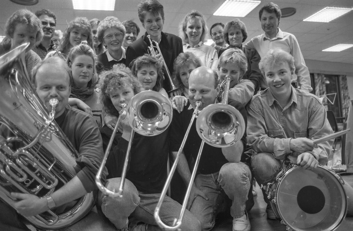 Vestby Janitsjar, ny dirigent Willy Østhagen sammen med yngste medlem Hege Henriksen, og eldste medlem Lois Ludvigsen.